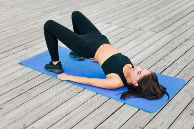腰を上げた状態で骨盤を動かす